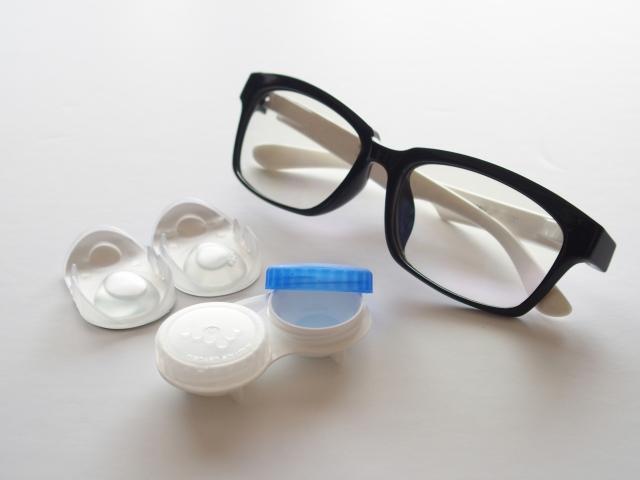 メガネとコンタクトの画像