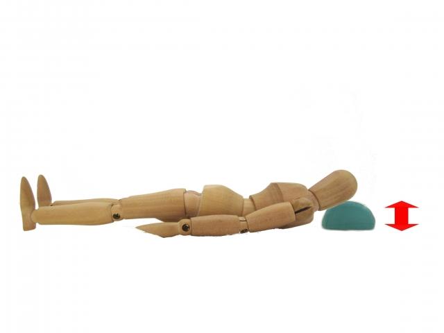 木の人形が枕に寝てる 西大寺整体カイロ