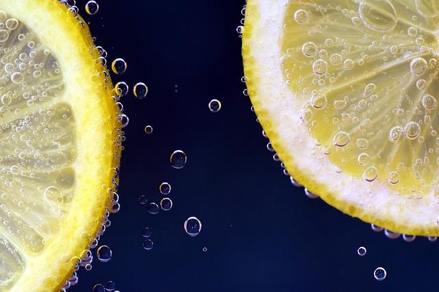 炭酸の中に浮かぶレモン