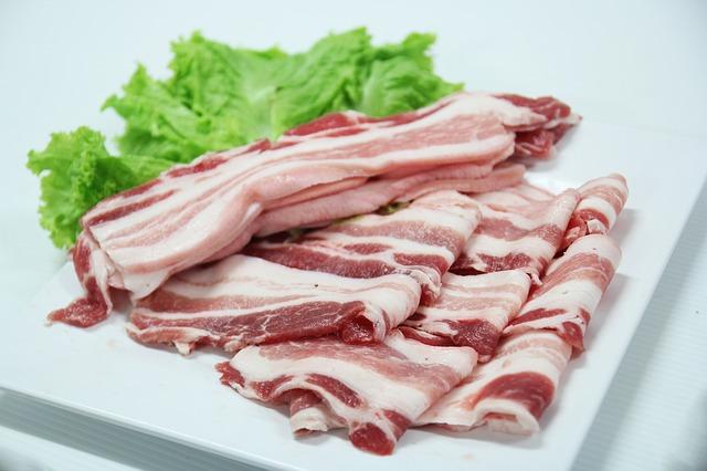 皿に盛られた豚肉 大和西大寺整体